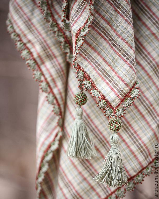 Платок отделан бисерным кружевом в технике ойя.