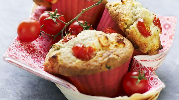 Tomatenmuffins mit Zwiebeln und Basilikum: Rezept                - Sweet & Easy - Enie backt - sixx