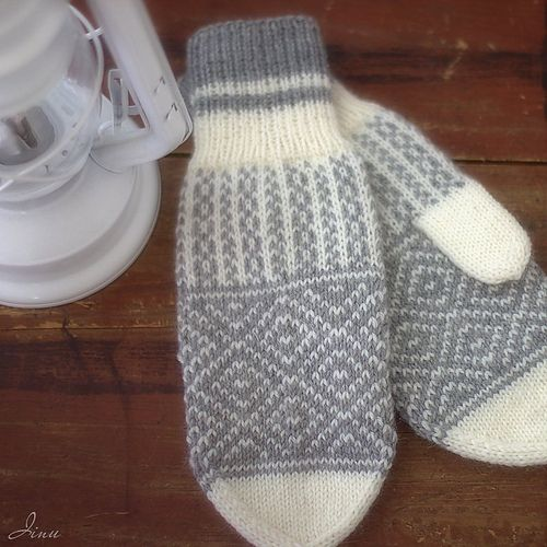 Warm and cozy colorwork mittens to keep your hands happy in winter time!
