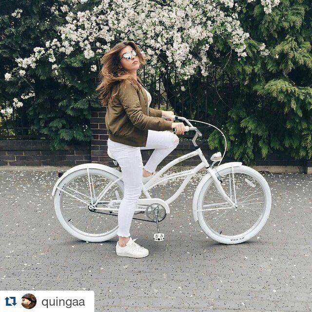 Lady en white  BicicletaGrazia BLANCA de la casa #Plumbike disponible en nuestra tienda www.favoritebike.com Repost @quingaa ・・・ #plumbike #polishgirl #swag #spring #bff #love #cute #photooftheday #adidas #follow #me #favoritebike #primavera #longhair #longlegs #beautiful #sweet #flowers #mibici #tienda #beachcruiser #views #travelingram #ciclismo #urbanstyle #enamorada #buenosdias #barcelona