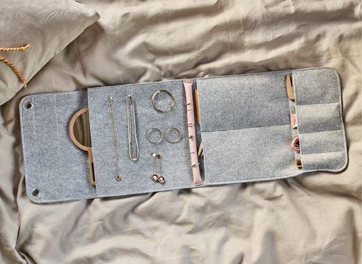 Vilten hangende opberger omgetoverd tot een DHZ-reistas voor juwelen, met plekjes voor ringen, halssnoeren, oorbellen enz.