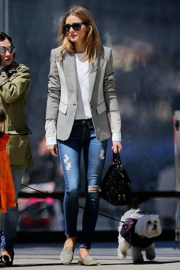 Cómo llevar vaqueros rotos  Olivia Palermo con vaqueros rotos, americana estampada de corte clásico y slippers