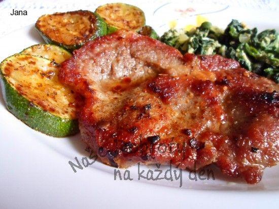 Steak z krkovice s listovým špenátem a cuketou