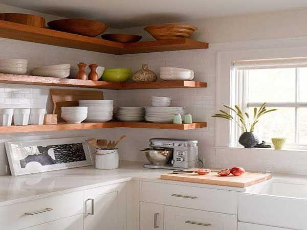 Avec ces étagères d'angle au dessus du plan de travail posées jusqu'au plafond pas de place perdue dans cette cuisine !