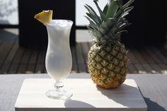 De Pina Colada is een heerlijke tropische cocktail voor op een wit strand. Bekijk het recept op Cocktailicious.nl en maak de Pina Colada zelf