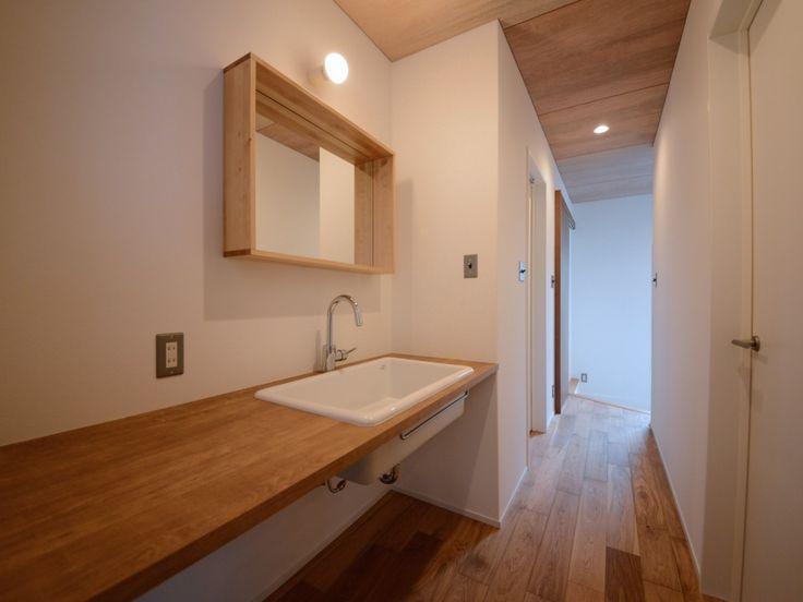 『イエナカ手帖』に投稿されたかっちんさんの記事 - 廊下の洗面台『タイトル:TOTOの実験用シンク、メラミンカウンターの洗面台』です。家の中(イエナカ)の知識や工夫を共有して、イエナカの暮らしをもっと楽しもう!