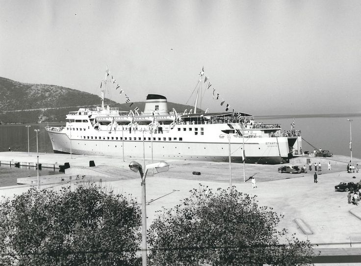 Το επιβατηγόοχηματαγωγό ΕΓΝΑΤΙΑ της ΕΛΜΕΣ (Ελληνικές Μεσογειακές Γραμμές) στο λιμάνι της Ηγουμενίτσας τη δεκαετία του 1960