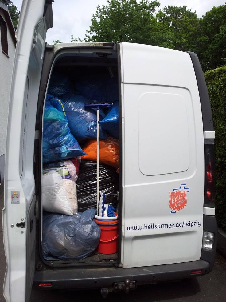 Transporter der Heilsarmee in Leipzig vollbepackt mit Hilfsgütern für Flutopfer während des Jahrhunderthochwassers im Juni 2013.