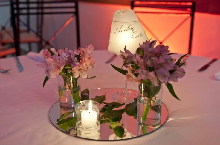 nas mesas criaram abajures com taças e velas e na cúpula o nome dos noivos! Muita delicadeza!
