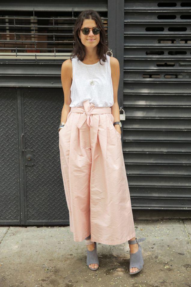 パンツ 色は薄いピンク、ベージュ、ネイビー、オフホワイトなど。ウエストはゴムで。