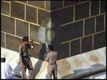 13 Rajab, Lahirnya Sang Putra Ka'bah -  Tempat ibu imam Ali as masuk ke dalam Ka'bah sampai saat ini masih membekas, meskipun telah berulang kali mengalami perbaikan. Bagian belahan tersebut dikenal dengan nama, mustajar. Meski 1440 tahun telah berlalu, retakan pada sisi Ka'bah tersebut masih terlihat dengan jelas meskipun telah berkali-kali mengalami renovasi dan upaya perbaikan. AhlulBayt News Agency - ABNA - Shia News