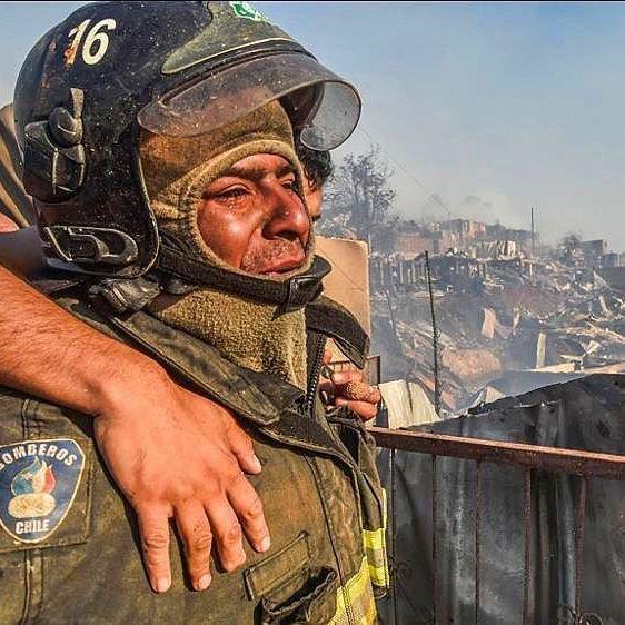 La foto del incendio en Valparaíso que conmueve al mundo.  El fuego en el norte de Chile aún no ha podido ser controlado. Un fotógrafo captó el llanto de un bombero que también perdió su casa y la imagen se viralizó.  #Chile #Incendio #Valparaiso #Bombero
