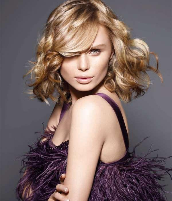В движении! Стрижка, блонд-окрашивание и советы по укладке для волос средней длины.