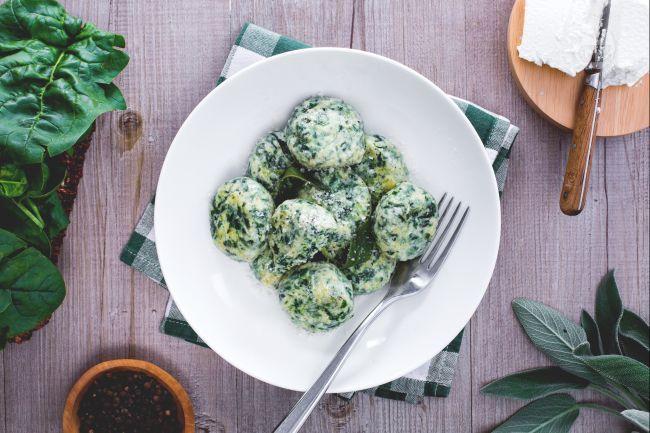 Gli gnudi sono un sostanzioso primo piatto toscano, della tradizione contadina della Maremma: il ripieno dei ravioli ricotta e spinaci ma senza pasta!