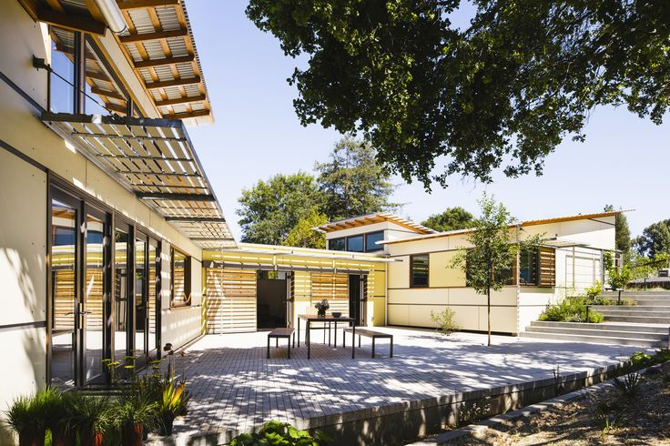 On a north-sloping site in Palo Alto, California, the three distinct volumes are jointed in this residence to create an internally focused private courtyard adjacent to a mature stand of live oak trees.