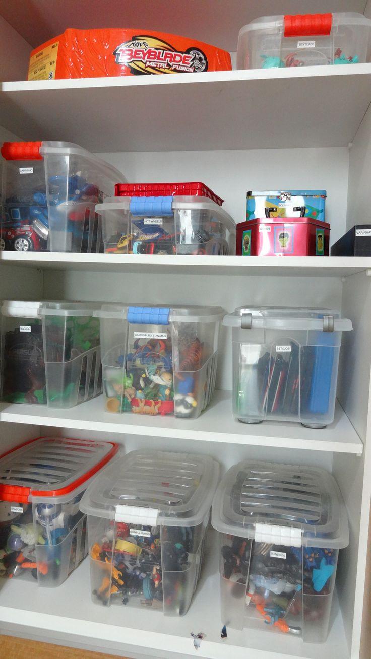 Para organizar qualquer ambiente é preciso SEPARAR os objetos por TIPO ou COR ou UTILIDADE ou FREQUENCIA DE USO. Com brinquedos não é diferente! Tem que destinar um tempo para colocar a mão na massa, esvaziar cada gaveta, cada caixa. Esta semana passei 2 dias organizando um quarto de brincar de umafamílialinda, crianças espertas, inteligentes…
