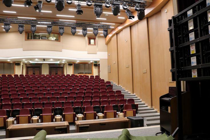 003 Paneles acústicos en el salón de actos Acoustic panels in the auditórium Panneaux acoustiques pour l'auditorium