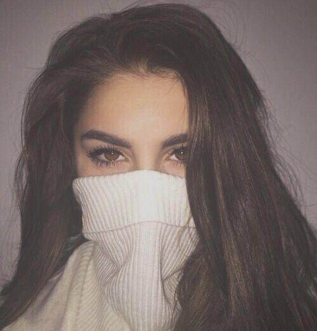 A blusa tampando metade do rosto