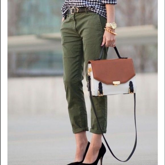 Forest Green Boyfriend Chino Pants Chino pants are forest green and are from H&M. They are a boyfriend fit and have pockets. They are a size 6 and have never been worn ! Pants Ankle & Cropped