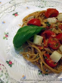Un primo all'insegna del gusto e leggerezza con spaghetti integrali, mandorle, pomodorini e basilico