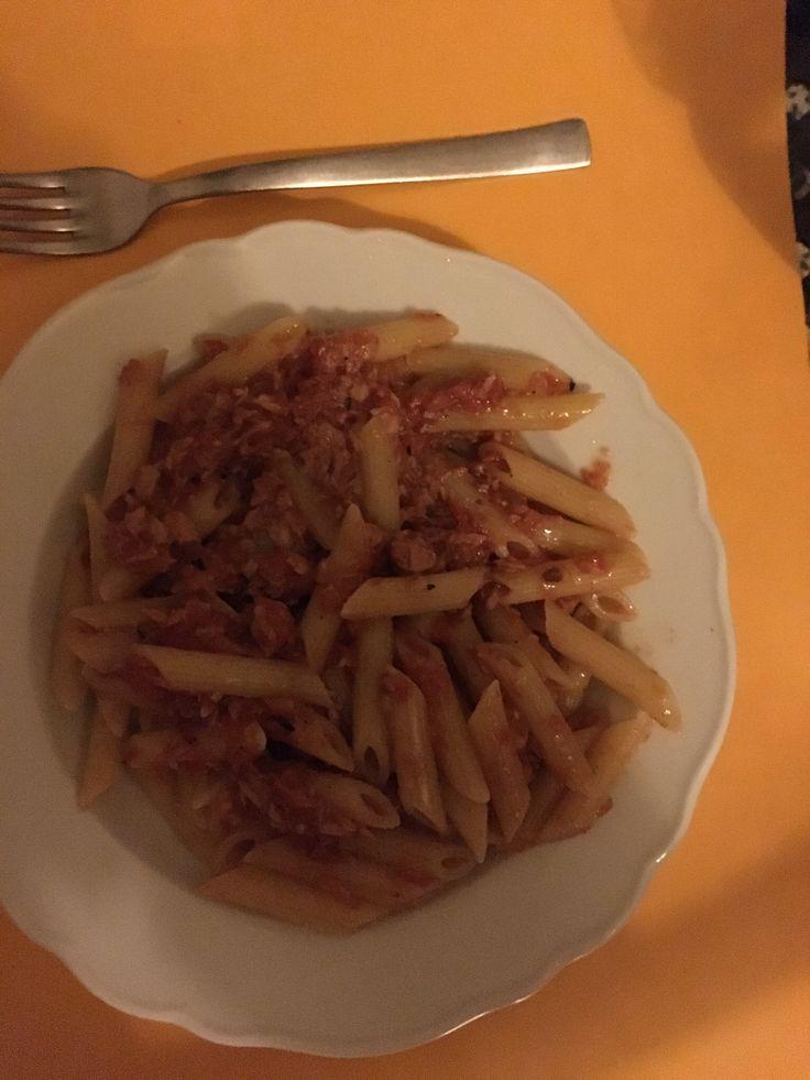 Stasera si cucina il mio piatto preferito : pasta salsa e tonno  Una vera delizia!