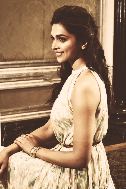 Deepika Padukone - what a winning girl-next-door wholesome smile....!