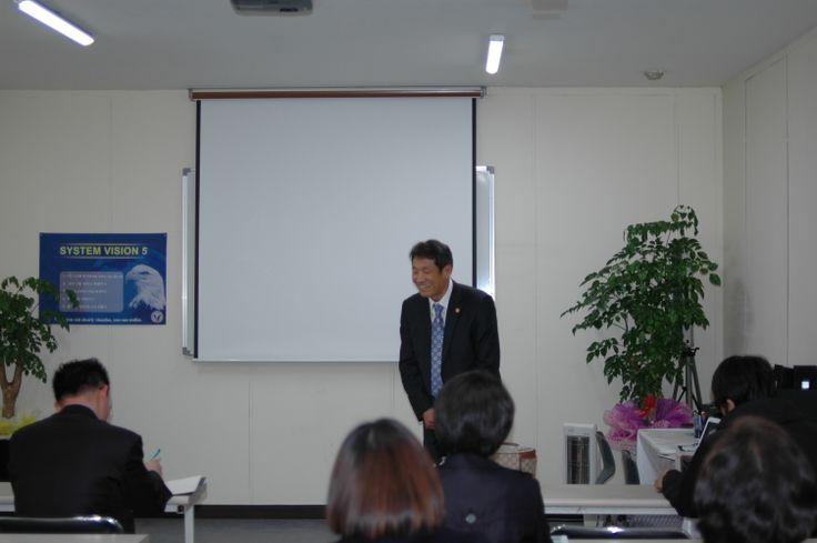 JEUNESSE GLOBAL KOREA 대구교육센터 신규사업설명회에서 보상플랜 설명전 웃음을 날리는 박종렬대구교육센터장