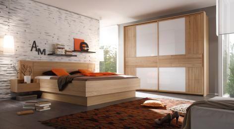 Zeitlos, eleganz und doch gemütlich: Dieses Schlafzimmerset aus teilmassiver Buche mit weißen Akzenten strahlt trotz der modernen Linienführung Wärme und Wohnlichkeit aus.