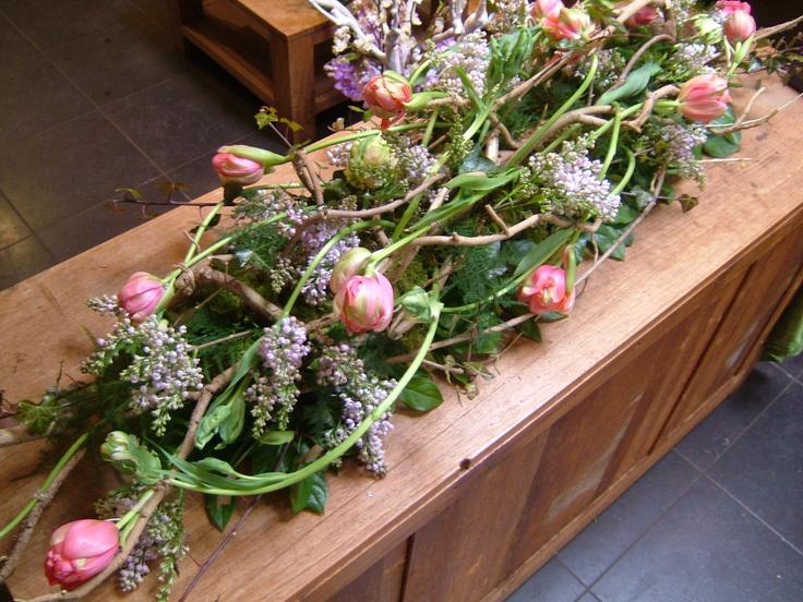 Een groot boeket met lichte kleuren voor op de kist | Vind meer inspiratie over bloemen voor het afscheid en de uitvaart op http://www.rememberme.nl/rouwbloemen-rouwdecoratie/