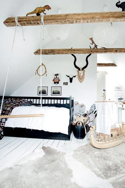 Kinderkamer met houten balken   Kids room with wooden beams