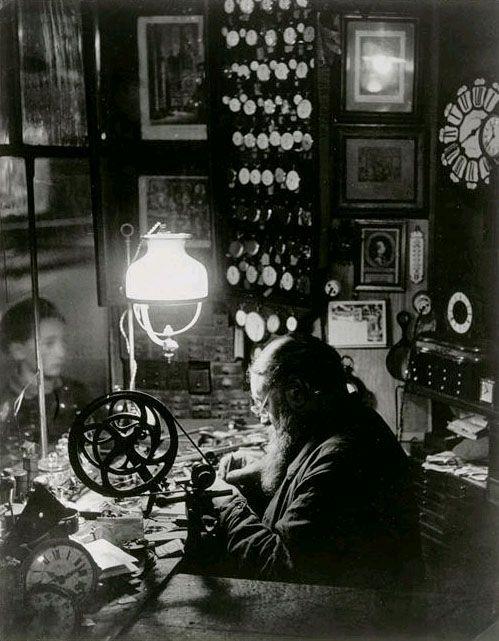 Brassaï, L'horloger de la rue Dauphine, ca 1932-1933