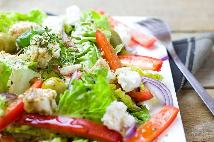 Během horkých letních dní často dostaneme chuť na nějaké lehčí jídlo. Letní saláty jsou pestré, chutné, křupavé a krásně barevné. Můžete si je dát jako lehkou večeři, oběd od práce nebo jimi doplnit maso z grilování.