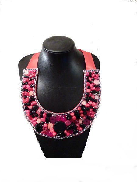 Collar de piedras naturales en tonos rojos y marrones, ribeteado con lentejuelas. Cierre con lazo http://chanchelcomplementos.com/en/shopping/categoria-collares/collar-lon-detail.html