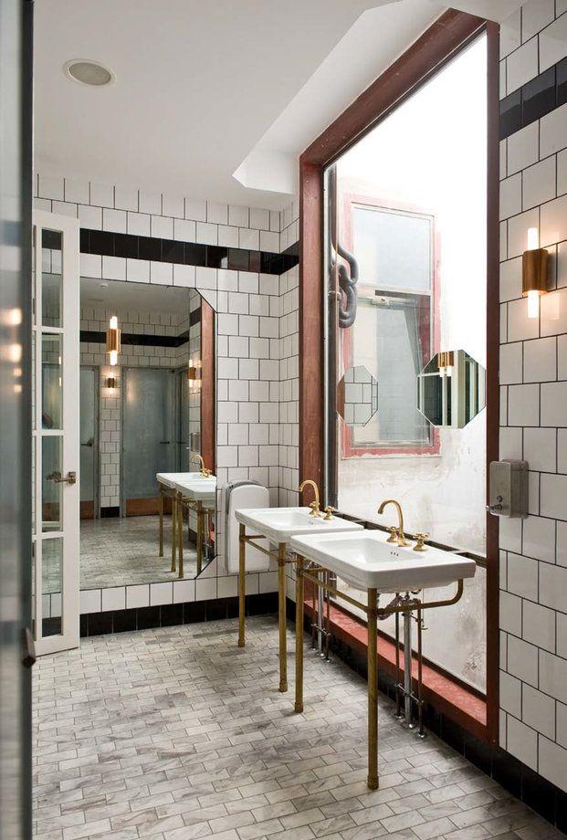 Los baños del restaurante Flax&Kale destacan por su aire vintage con azulejos de tintes antiguos y una grifería clásica y dorada.