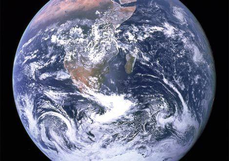 1972年、アポロ17号から見た地球  空いっぱいに広がる地球。1972年にアポロ17号のクルーが撮影。  これは宇宙飛行士が撮影した初の南極氷冠の写真