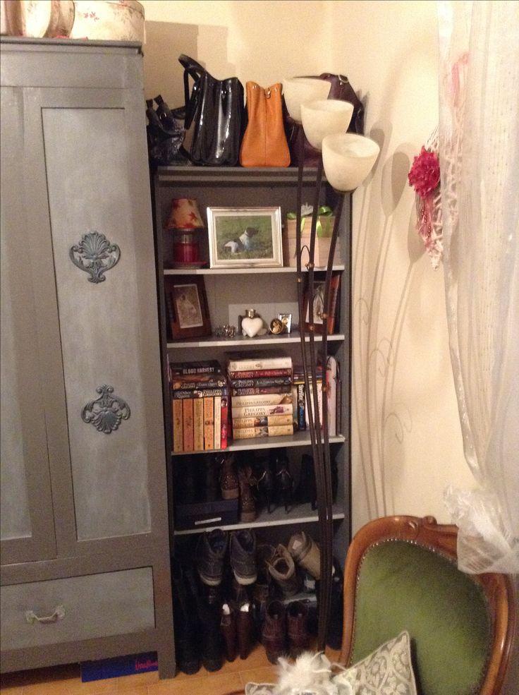 Una vecchia libreria ripresa in French Grey con mensole e interni Stone Grey, posizionato a lato dell'armadio serve come fantastico ripostiglio amche decorativo : scarpe in fondo, borse in alto, libri, foto ecc sulle altre mensole...utilissimo!