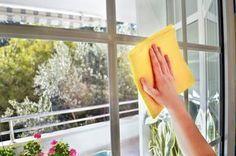 Quando chega a altura de limpar as janelas, o mais comum é utilizar um produto de limpeza que comprou para esse efeito. No entanto muitos dos produtos que se compram para limpar as janelas por mais que se limpe acabam sempre por deixar pequenas manchas. Existe uma mistura caseira que limpa bem as janelas e …