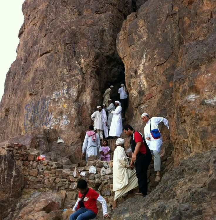 This is the cave that opened up for Rasool'Allah  on d day of battle of Uhad.. where he rested # Mecca