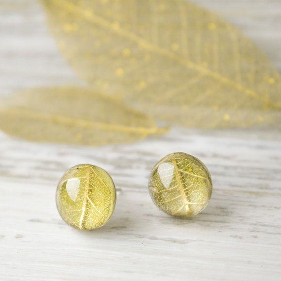Осенние серьги - гвоздики с золотым скелетированным листком. Осенние украшения. Украшения из эпоксидной смолы