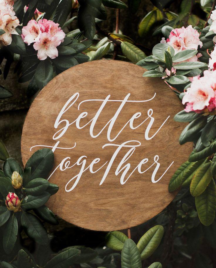 """Okrągły szyld z hasłem """"better together"""" który sprawdzi się idalnie na każdym przyjęciu ślubnym. Koło ma średnicę 58 cm. Wykonane jest z brzozy i pomalowane lakierobejcą na ciemny rustykalny kolor. Możemy umieścić inne hasło lub zastosować inny krój pisma."""
