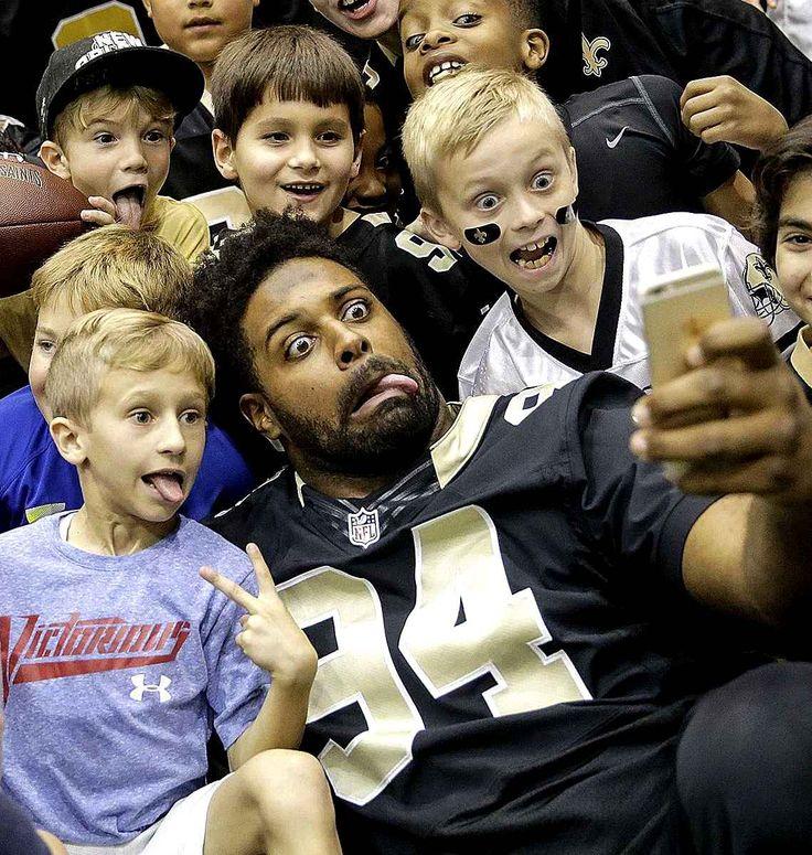 Cameron Jordan des Saints de la Nouvelle-Orléans prend un selfie avec des enfants à Metairie en Louisiane.