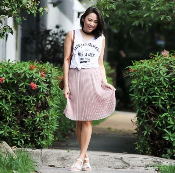 Look do dia com saia plissada rosa blush e t-shirt podrinha Colcci, nos pés Melissa Flox Vitorino Campos. Look perfeito para curtir o fim de semana