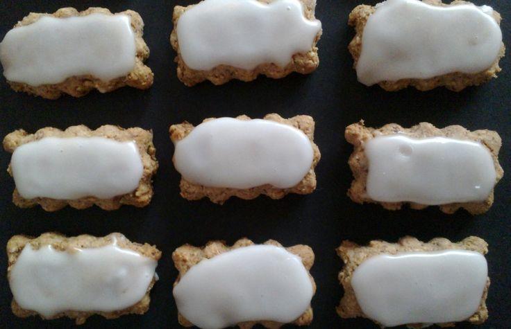 Zedernbrot - Almond Cookies with Lemon Icing http://umlimaomeiolimao.wordpress.com/
