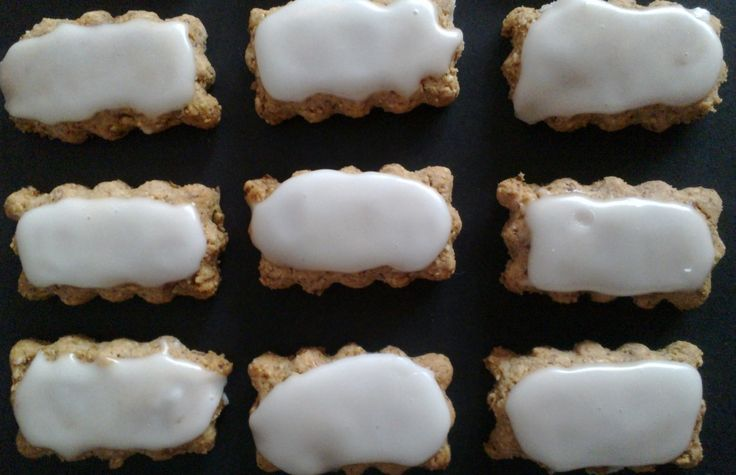 Zedernbrot - Almond Cookies with Lemon Icing http://umlimaomeiolimao.wordpress.com/