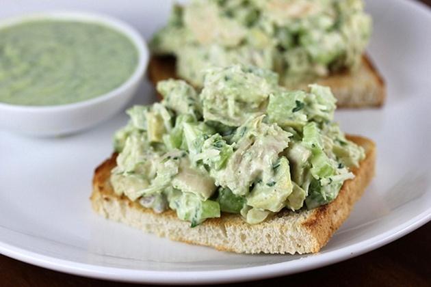 Salada-de-frango-com-molho-de-abacate-1.jpg