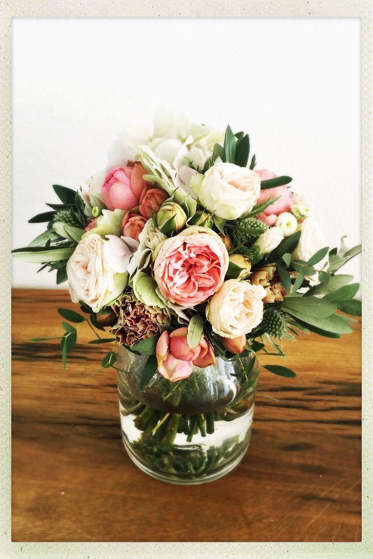 Brautstrauß in rosa Tönen – mit Freilandrosen, Nelken, Distel, Eukalyptus & Ol… – Brautsträuße, Haarkränze & Anstecker Bräutigam