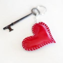 A simple and thoughtful handmade gift for your loved ones on Valentine's Day! #craftgawker