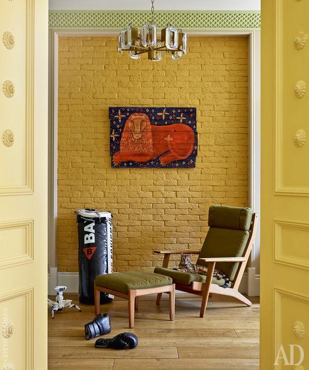 """Вид из одной детской на другую через смежные распашные двери. Двери изготовлены на заказ, """"Аттрибутэ"""", на них лепной декор Pearlworks, """"Питерра"""". Датское винтажное кресло по дизайну Ханса Вегнера. Винтажная люстра по дизайну Гаэтано Шолари, 20th Century Lamps. На стене картина на старом дереве """"Лев"""" Маруси Соловьевой."""