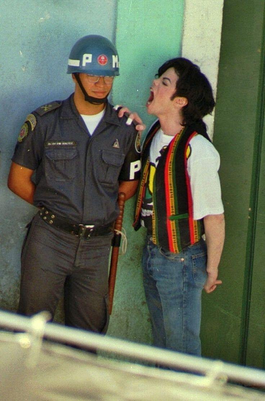 """""""Como o velho provérbio indiano diz para não julgar um homem até ter andado duas luas com seus sapatos...a maioria das pessoas não me conhece, é por isso que eles escrevem essas coisas em que a maior parte não é verdade. Eu choro muito, muito frequentemente Michael Jackson, 1987"""