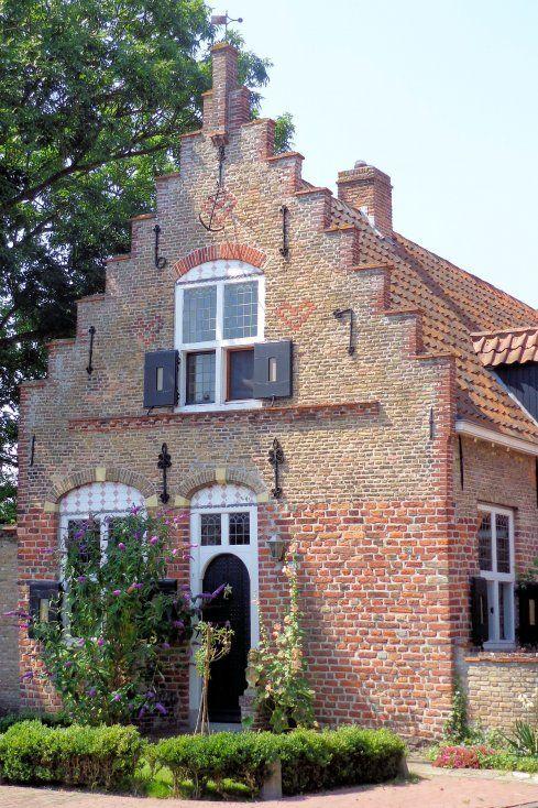 Haamstede, Zeeland. Een van de oudste huizen van Haamstede staat aan het Sluispad 2, een monumentaal pand met trapgevel uit 1617.
